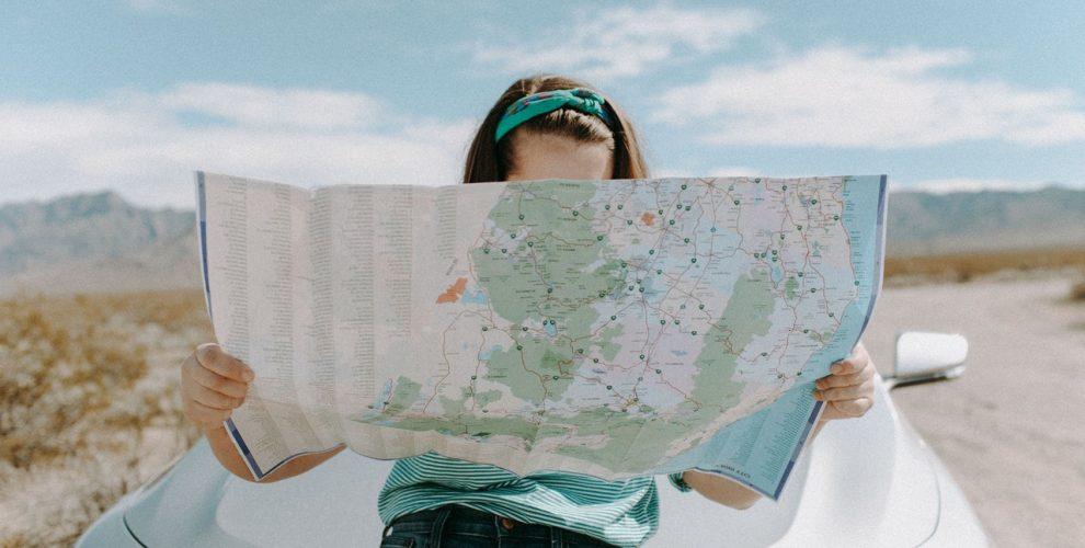 zona komfora, putovanja, atlas, karta, žena
